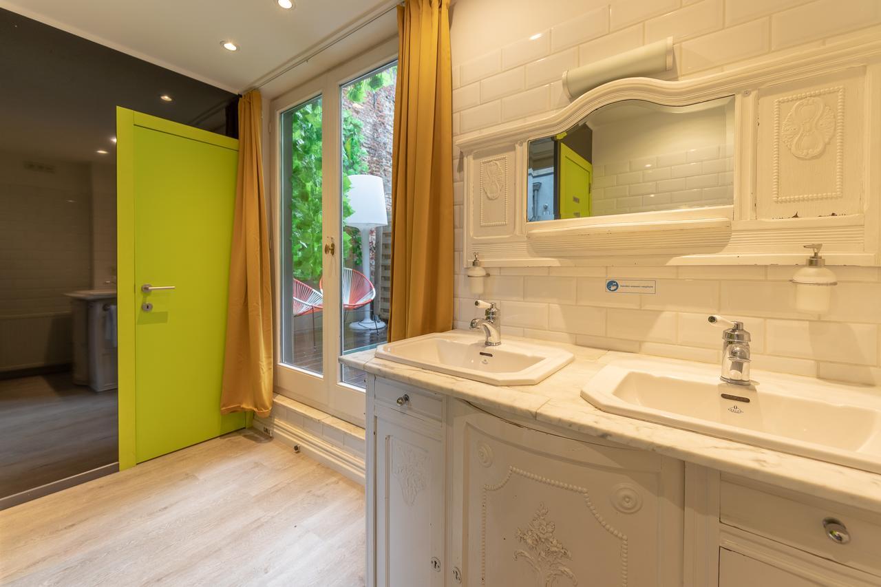The Antwerp Hostel bathroom